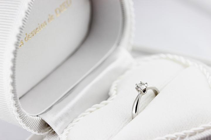 ソリテール ダイヤモンド リングとの組み合わせが美しい