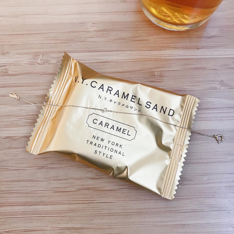 【タイニーイニシャルと大きさの比較シリーズ】お気に入りのおやつ N.Y.CARAMEL SANDの文字と同じぐらい?